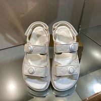 Luxo Designer Womens Flat Sandals Crystal Calfskin Open Tee Pearl Buckle Plataformas Casual Soled Soled Sapatos Sandália