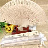 50 unids Impresión personalizada China Sandalia Sandalia Fan de la boda Mano personalizada Fan de madera plegable en la bolsa de organza decoraciones de fiesta FWD8516
