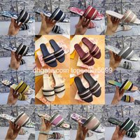 Luxurys Designers de couro Sandálias de verão Sapatos lisos Moda Beach Mulheres Big Rainbow Carta Chinelos