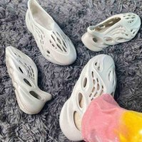Con caja 2021 Kanye Foam Runner West Hombres Mujeres Corredores Sandalias Sandalias Sandalias Enflame Anaranjado Desierto Arena Resina Plataforma de Hueso Para Hombre T26M #