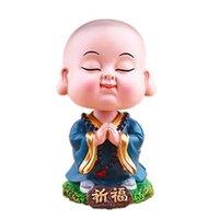 scuote la testa con arredamento di casa creativo. Il piccolo monaco è carino sicuro. Arredi interni auto e mestieri