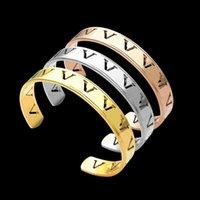 Preço de fábrica atacado aço titânio oco v inauguração c - em forma de pulseira amantes amantes do comércio exterior charme abra braceletes