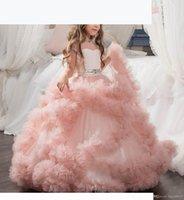 Nuevos vestidos de chicas de flores baratas para boda Blush Pink Ball Ball Top Mangos de tul Ruffles Tiered Beaded Children Niños Partido Vestidos de comunión