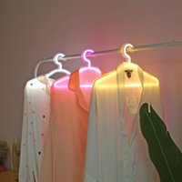 LED Neon Light Ropa Stand Hanger Lámpara de noche USB Regalo de Navidad con alimentación para el dormitorio Tienda de ropa de boda Art Decoración de la pared ZC3500