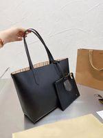 يجب أن تكون السيدات الفاخرة الراقية - تحتوي على أكياس تسوق جلدية كبيرة العلامة التجارية، كيس صغير من داخل، تصميم مصمم كلاسيكي، محمولة أو علبة هدية تحت الذراع