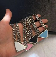 PRA, erkekler ve kadınlar için lüks tasarımcı kolyeler satıyor. Üçgen Kolye Gümüş Kolye