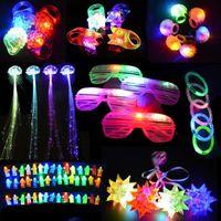 パーティーの装飾71ピースの子供大人の導かれたライトアップトイズ恩は暗い用品フィンガーライトリングの輝く輪を点滅させるブレスレット