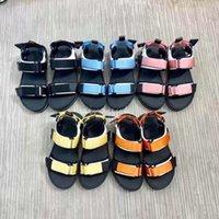 Mulheres Luxo Liso Sandálias Designers Casual Sapatos Verão Ao Ar Livre Moda Senhora Loop Loop Ajustável Correias Sporty Bicolor Confortável Borracha Sola Slippers