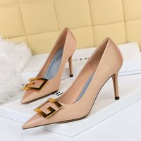 Top Quality Metal Red Bottom Ladies High Heels Nude Color Pointed Sandals Fashion Banquet Stylist Shoes Ladies Dress Shoes Studded Leather Shoes