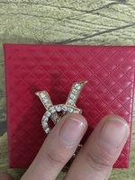 Coreano Simple Temperamento Diamante Letra Broche Personalidad Moda Moda All-Match Vestido de boda de gama alta Accesorios de alta calidad Entrega rápida