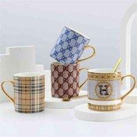 Tazza di caffè tazza di ceramica design classico con cucchiaio d'oro osso cina drinkware porcellana tazza di tè in porcellana nuovo arrivo regalo di compleanno 210409