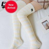 Güzel ve konforlu mercan kadın çorap çizgileri Çoraplar Çoraplar sıcak uyluk çorapları yüksek tutmak için kadife ekleyin Yarım kış