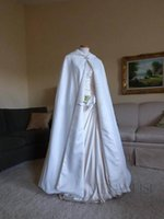 Menteau Designer Jacket 겨울 코트 여성 화이트 랩 발목 길이 여성 여성 결혼식 가운 새틴 모자와 신부 망토