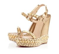 Ünlü Bayanlar Kırmızı Alt Kama Cataclou Sandalet Altın Patent Deri Çivili Bayanlar Ayak Bileği Kayışı Kadın Pompaları Parti Elbise EU35-42, Kutusu Ile
