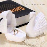 Wrap prezent 1 sztuk 5.7x3.8x5.5 cm Velvet Black / White Color Swan Biżuteria Box Pierścionek zaręczynowy Ślubny do kolczyków Wyświetlacz opakowania