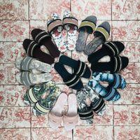 Paris Mujeres zapatillas Sandalias Playa Diapositiva Chicas Slipper Slipper Scoffs Zapatos Summer Ladies Flip Flaques de punto Bordado Diapositivas con caja