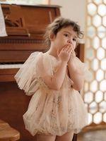 Baby Blumen Gedruckt Splicing Spitze Tüll Strampler Kleinkind Mädchen Gaze Falbala Fly Sleeve Shorts Jumpsuits Sommer Kinder 1. Geburtstag Party Kleidung Q0544