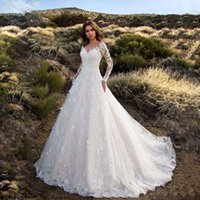 المرأة عارضة فساتين الدانتيل طويلة الأكمام قبالة الكتف اللباس الزفاف الأبيض