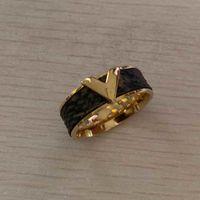 Verblassen Sie niemals hochwertige echte Reather V-Brief-Liebhaber-Ringe mit vier Blatt-Blumen Gold Silber Rose Farben Edelstahl Frauen Schmuck Großhandel