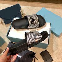 2021 tasarımcı kadın flats terlik slaytlar sandalet moda yaz bayanlar elmas çivili üst terlik seksi kadın üçgen logo ayakkabı kutusu ile