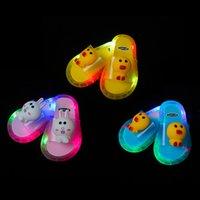 Zapatillas para niños de verano, zapatos luminosos, luces, celebridades netas para bebés de dibujos animados lindos de interior, ropa de sandalias y zapatillas