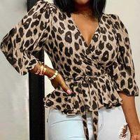 Bischan Frauen Blusen Elegante Büro Tunika-Hemd Sexy tiefe V-Ausschnitt Leoparden-Druck-Gürtel-Mode-Tops Rüschen Blusas Femininas 210603