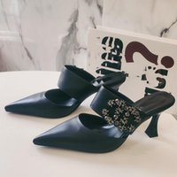 Designer Baotou Halb Hausschuhe Damen Sommer Leder Sandalen Mode Fee Vielseitige Diamant Inlaid-mittlerer Ferse Faule Menschen tragen spitze Stiletto-Fersen