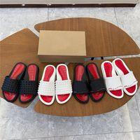2021 hommes femmes pantoufles goujons de fond rouge sandales plats rivet sandales Été en plein air Flop Flop Plage Diaposibles Sandale décontractée avec boîte