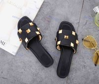 Valentino slippers Scarpe per bambini 2021 Arrivo Donne ProGettista Sandali Rockstud Spikes Beach Corium Pantofole Slip-on Design Causal Design Flip Flop Dimensione 35-42