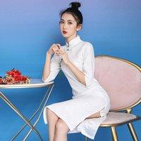 Tombera sur la jeune fille quotidienne avec des robes décontractées de cheongsam blanc de cheongsam blanc