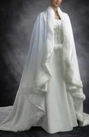 Yeni Ucuz Vintage Gelin Pelerin Fildişi Beyaz Düğün Cloaks Faux Kürk Kış için Chrismas Düğün Gelin Sarar Gelin Pelerin Mahkemesi Tren Pelerinler