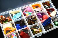 30pcs Alice Selüloit Fingerstyle Parmak Başparmak Seçtikleri Gitar pena + 1 Büyük Plastik Seçtikleri Tutucu Vaka Kutusu Seçtikleri