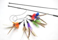 Eine Vielzahl von Farben Da Bird Feather Cat Spielzeugkatze Dangler kann mit natürlicher Katzenstab-Spielzeug verbunden sein