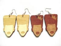 2 orecchini in legno di color avialbale con forma africana
