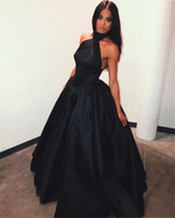 Nuevos diseñadores de hombro negro vestidos de baile 2019 Sexy vestido de baile sin espalda halter vestidos de noche plisado vestido formal de fiesta Vestido