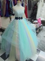 Veri abiti da sposa colorati Appliques senza spalline Abito da sposa su misura in pizzo Una linea abito da sposa con applicazioni di perline