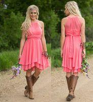 Coral farbige Brautjungfernkleider Land Westen Rüste Chiffon Kurz Brautjungfernkleider Knielänge Mädchen Ehrenkleider mit Cowboystiefeln