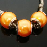 100PCS / Lot schöne orange Imitationsperle Silber Kern Perlen lose europäischen großes Loch Acryl Charm Perlen für Schmuck machen niedrigen Preis