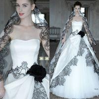 2016 vendita calda abiti da sposa gotici con velo libero sexy collo a cuore nero pizzo applique bianco una linea backless tulle corsetto abiti da sposa
