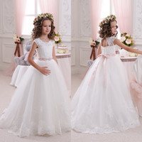 I più nuovi Flower Girl Dresses A Line Sheer Girocollo Capped Sleeves Pizzo Appliques Piano Lunghezza Ragazze Wedding Party Dress Little Bride