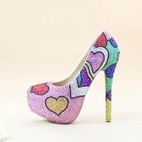Moda a mano colorato strass scarpe da sposa banchetto sera partito pompe multicolore cristallo scarpe da sposa a forma di cuore