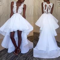 Blanco Alto Bajo Sexy Vestidos de baile Sheer cuello en V Faldas escalonadas Organza africana Apliques de encaje románticos Vestidos de fiesta de noche formales Tallas grandes