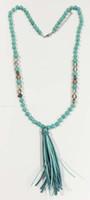Turquesa frisada colar borla knoted turquesa e colar de contas de vidro com creme de borla de camurça e cores turq contas gota colar