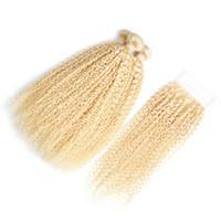 #613 блондинка человеческих волос и кружева закрытия 4*4 необработанные афро кудрявый вьющиеся 3шт волос пучки с кружева закрытие бразильского Виргинские волос