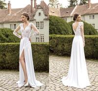 Romántica de manga larga Una línea vestidos de boda apliques de encaje con cuello en V Backelss lateral de Split nupcial de la playa del vestido barato Robe de mariée VK016