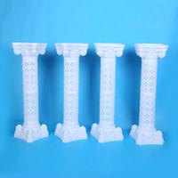 중공 꽃 디자인 로마의 열 화이트 색상 플라스틱 기둥 도로 웨딩 소품 이벤트 장식 10 개 / 많은 공급 인용
