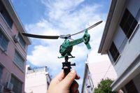 Потяните ручку самолета / вертолета сила может тянуть самолет летать над головой. Детские игрушки на открытом воздухе