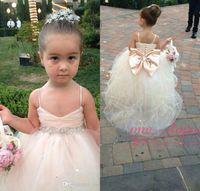 Kızlar için sevimli Pageant elbise Spagetti Sapanlar Tül Kabarık Çiçek Kız Yay ile Şampanya Fildişi Beyaz Pembe Abiye Düğünler için Elbiseler