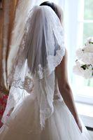Короткие кружевные свадебные вуали две слои Bridal вуали ручной работы пальца вуаль кружева края вуаль белая слоновая кость