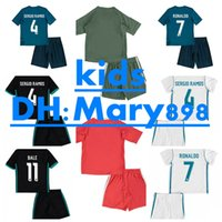 17 18 enfants Real madrid Home blanc Soccer Jersey Kits RONALDO LUCAS V MARCELO JAMES BALE RAMOS ISCO MODRIC loin noir enfant Football Shirts